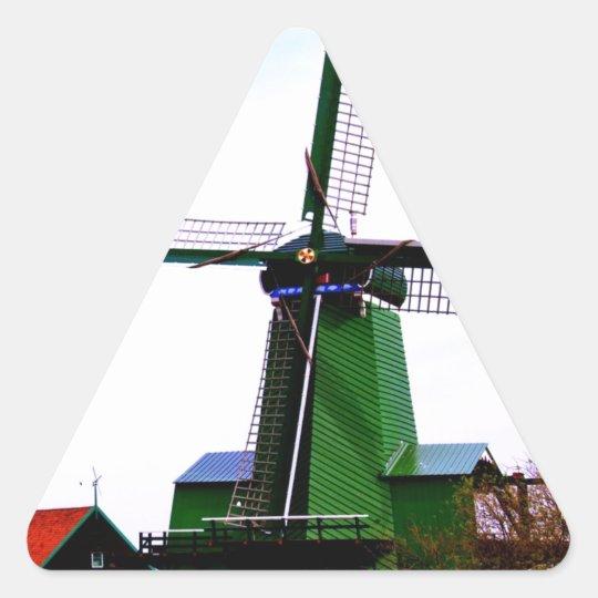 Molino de viento histórico holandés viejo del pegatina triangular