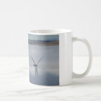 Molino de viento sobre la niebla tazas de café