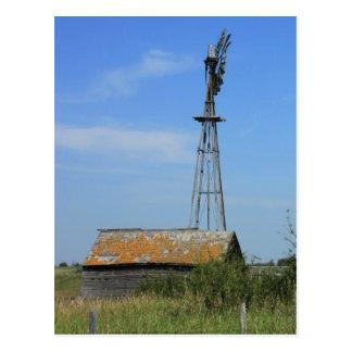 Molino de viento viejo de la pradera postal