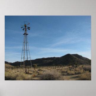 Molino de viento viejo del desierto póster