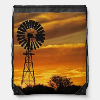 Molino de viento y puesta del sol cala de Guiller Mochila