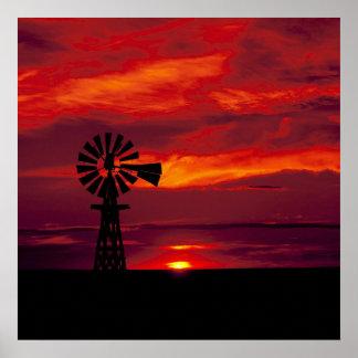 Molino de viento y puesta del sol póster