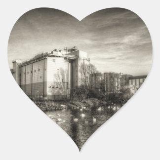 Molino harinero en el río calcomanía corazón