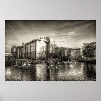 Molino harinero en el río póster