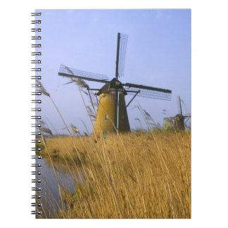 Molinoes de viento a lo largo del canal en Kinderd Note Book