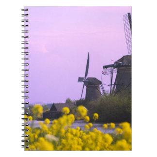 Molinoes de viento a lo largo del canal en Kinderd Notebook