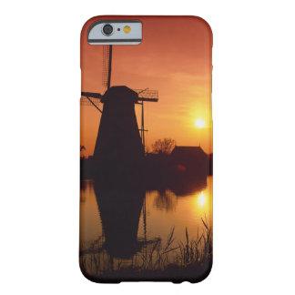 Molinoes de viento en la puesta del sol, funda de iPhone 6 barely there