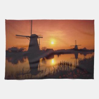 Molinoes de viento en la puesta del sol, toalla