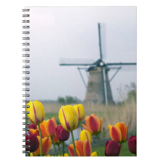 Molinoes de viento y tulipanes a lo largo del cana libretas espirales