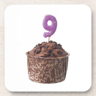 Mollete del chocolate con la vela del cumpleaños posavaso