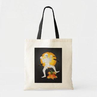 Momia de Halloween con el bolso tallado de la cala