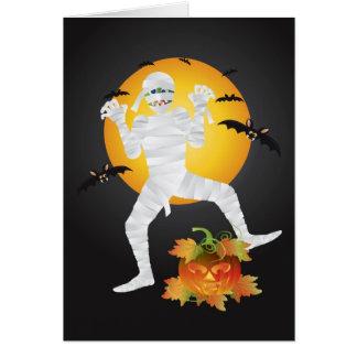 Momia de Halloween con la tarjeta de felicitación