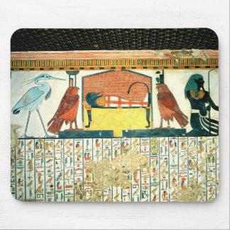 Momia en una cama fúnebre con diversas divinidades alfombrillas de ratones