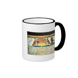 Momia en una cama fúnebre con diversas divinidades tazas de café