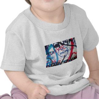 momia en wall.jpg camisetas