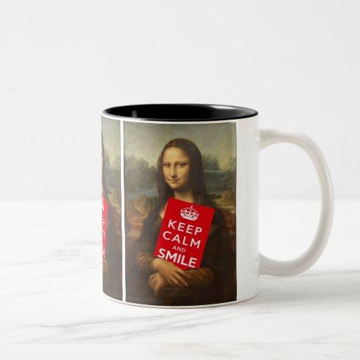 Mona Lisa guarda calma y sonríe Tazas