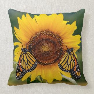 Monarca Butterfies en el girasol Cojín