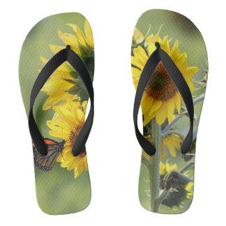 Monarca en las sandalias del flip-flop de los