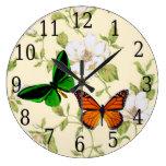 Monarca y mariposa verde en el reloj de las flores