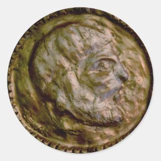 Moneda esculpida con mirada antigua pegatina redonda