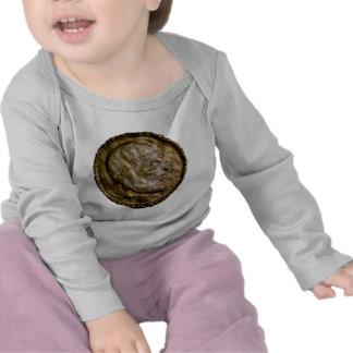 Moneda esculpida con mirada antigua camisetas