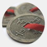 Monedas chinas de la buena suerte pegatina redonda