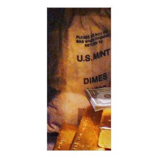 Monedas de diez centavos, dólares y oro lona