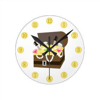 Monedas de oro del cofre del tesoro y reloj rosado