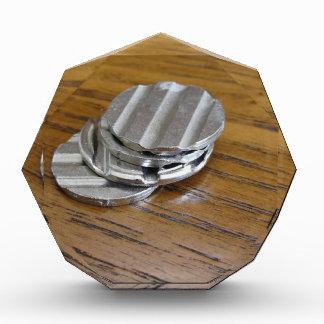 Monedas metálicas en blanco en la tabla de madera