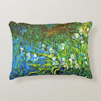 Monet - iris en la pared de mar cojín decorativo