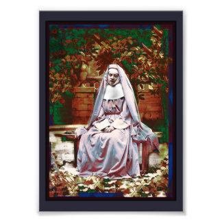 Monja francesa en el jardín de la reflexión cojinete