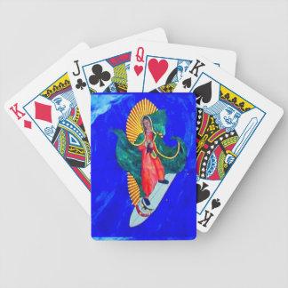 monja que practica surf en naipes azules de la baraja cartas de poker
