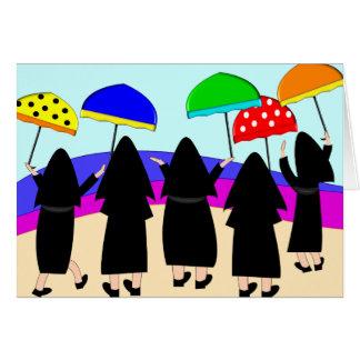 Monjas con los paraguas la que cuentan con lluvia tarjetón