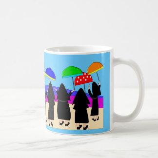 """Monjas con los paraguas la """"que cuentan con lluvia tazas de café"""
