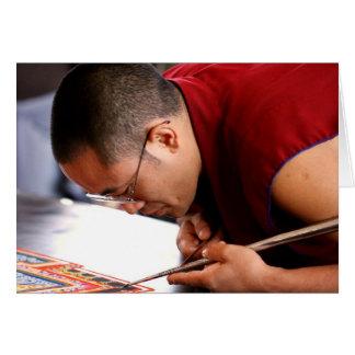 Monje budista que crea la mandala tarjeta de felicitación