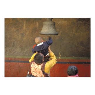 Monje budista tibetano que levanta a un muchacho p cojinete