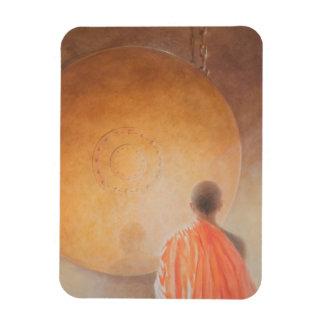 Monje budista y gongo jovenes Bhután 2010 Imán