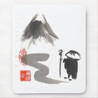 Monje del zen en viaje alfombrillas de raton