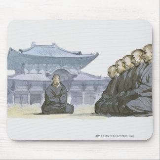 Monjes budistas de zen que se arrodillan fuera del tapetes de raton