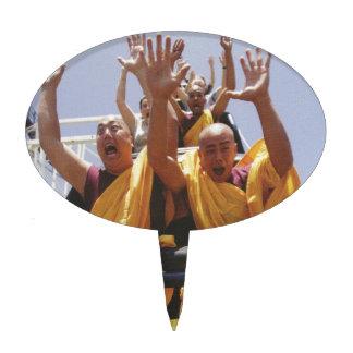 Monjes budistas felices en una montaña rusa figuras para tartas