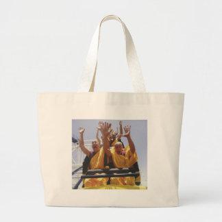Monjes budistas felices en una montaña rusa bolsa tela grande