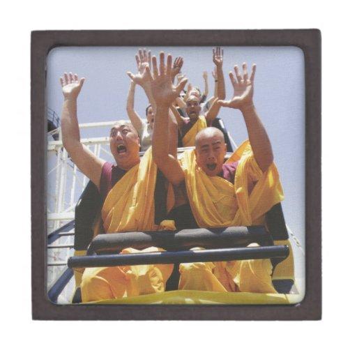 Monjes budistas felices en una montaña rusa cajas de joyas de calidad