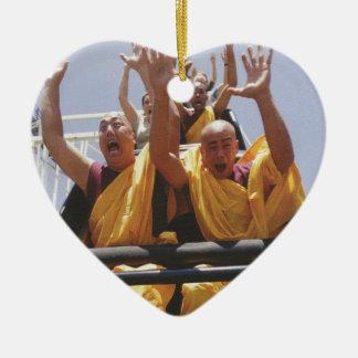 Monjes budistas felices en una montaña rusa adorno de cerámica en forma de corazón