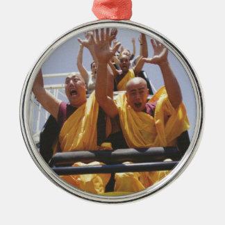 Monjes budistas felices en una montaña rusa adorno redondo plateado
