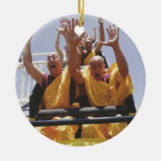 Monjes budistas felices en una montaña rusa adorno redondo de cerámica