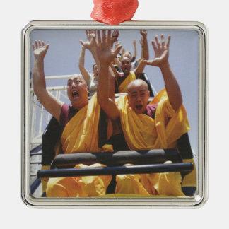 Monjes budistas felices en una montaña rusa adorno cuadrado plateado