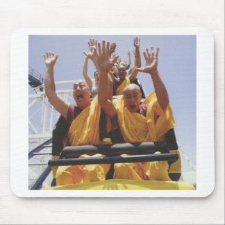 Monjes budistas felices en una montaña rusa mouse pad