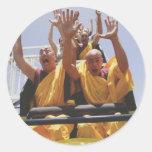 Monjes budistas felices en una montaña rusa pegatinas redondas
