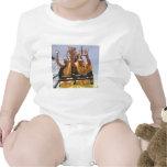 Monjes budistas felices en una montaña rusa traje de bebé