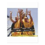 Monjes budistas felices en una montaña rusa postal